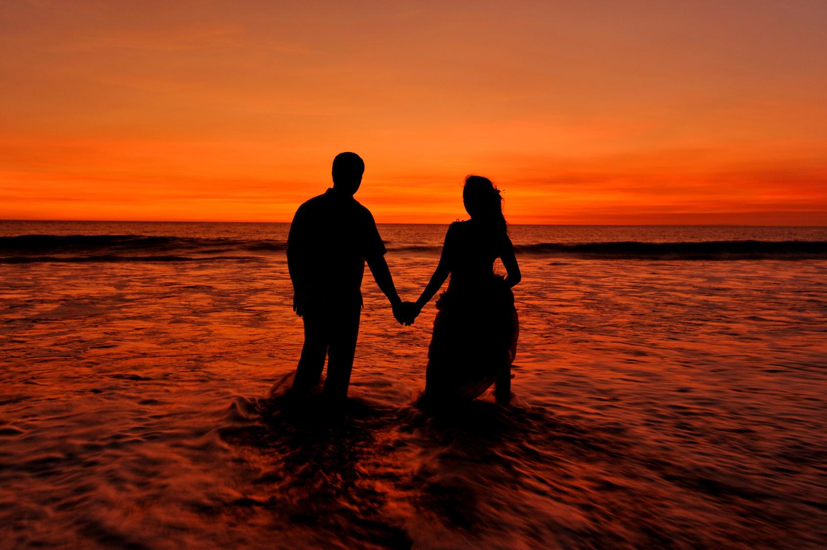Liebespaar am Strand im Sonnenuntergang